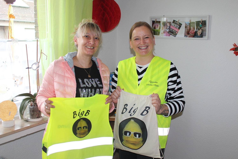 Mit den BigB-Warnwesten sind die Pflegekinder von Tagesmutter Susann Rinke bald bestens sichtbar.  Das Foto zeigt v.l.n.r. Miriam Schrader, Susann Rinke.