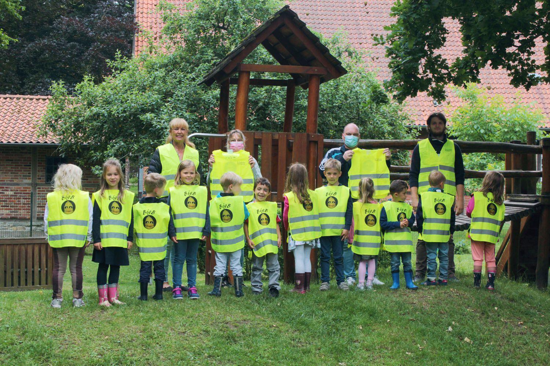 Mit den BigB-Warnwesten sind die Kinder und Betreuer*innen des St. Pankratius-Kindergartens in Beckum-Vellern bei dunklen Witterungsverhältnissen besonders gut zu sehen.