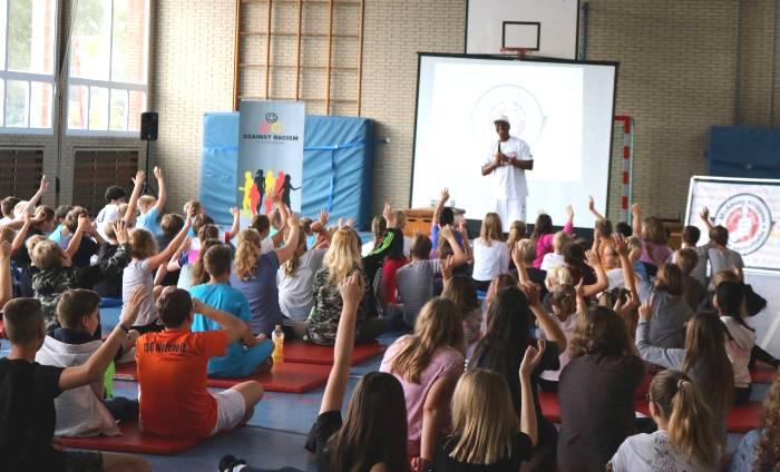 Wertecoach Martin Rietsch aka 2schneidig engagiert sich an Schulen gegen Mobbing