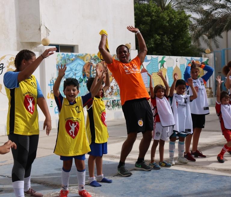 Martin Rietsch überreicht mit ALDN-Vereinsteam Trikotspenden von Rasta Vechta an Kinder in Hurghada