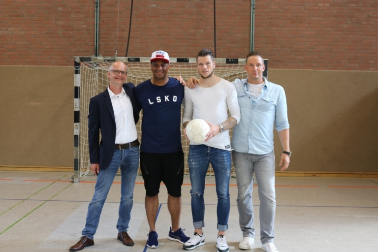 Martin Rietsch aka 2schneidig und Daniel Ginczek mit Klaus Marschall (l.) und Dr. Christian Jansen (r.)