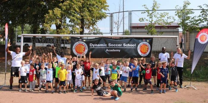 Begeistere Kinder beim Fußballfest der Dynamic Soccer School