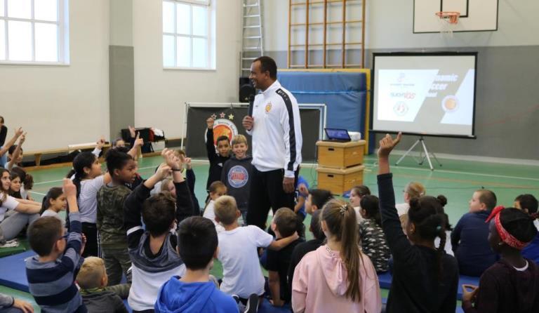 Fußball und Werte: Grundschulprojekt der Dynamic Soccer School, hier mit Martin Rietsch