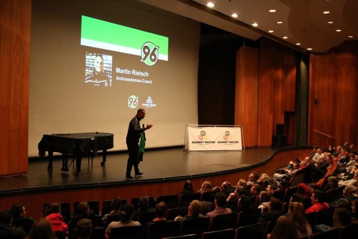 Wertecoach Martin Rietsch ist Trainer bei der Hannover 96 Fußballschule und war mit Vorträgen gegen Rassismus an einem Berufskolleg