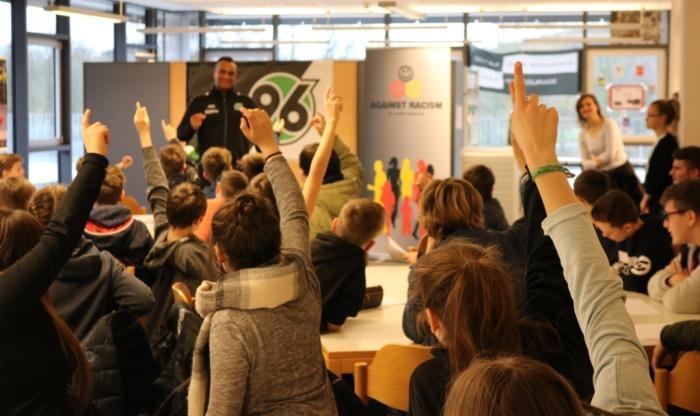 Wertecoach Martin Rietsch ist Fußballtrainer bei der Hannover 96 Fußballschule und war mit Antirassismus-Workshops zu Gast an einer KGS