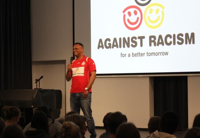 Martin Rietsch alias 2schneidig engagiert sich mit Projekten gegen Sucht und Rassismus an Schulen