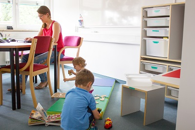 Im Eltern-Kind-Büro haben die Mitarbeitenden die Kleinen im Blick.