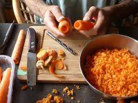 Pan s Flötenwerkstatt1 = Mit Messern, Bohrern und diversen Küchengeräten entstehen Gemüse-Instrumente für Veggie Music Copyright: Sebastian David, 2018