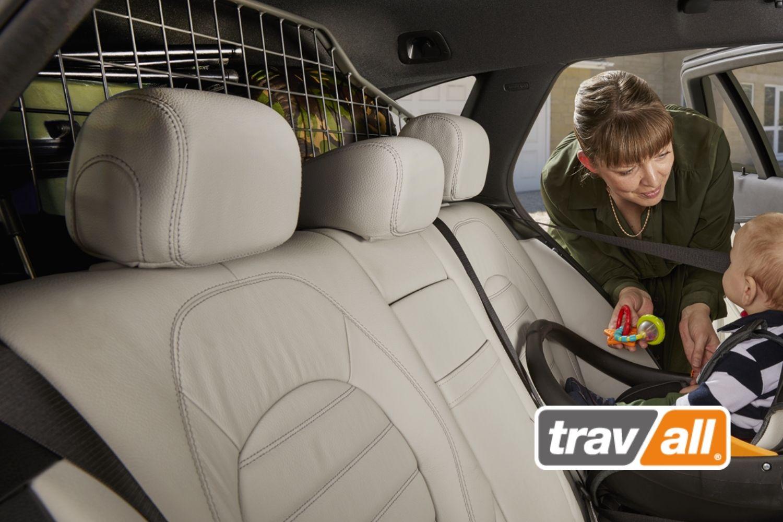 Ein Reboarder-Kindersitz sollte immer in Kombination mit einem Gepäckschutzgitter verwendet werden. © Travall