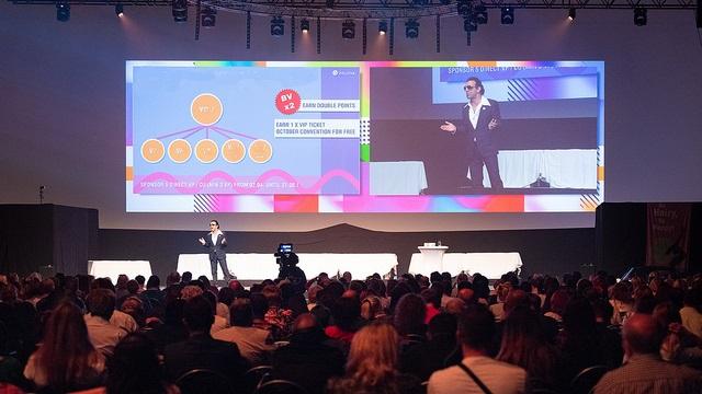 CEO Christian Wiesner präsentiert BYAS Hair Completer bei World Launch Convention in München
