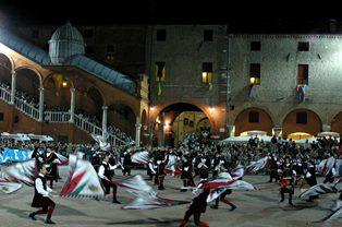 Wettkämpfe der bunten Fahnenschwenke © Visit Ferrara